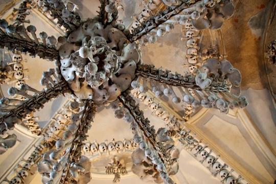 Bên trong nhà thờ trang trí bằng xương người độc nhất thế giới - Ảnh 9.