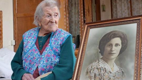 Cụ bà Morano bên cạnh bức chân dung thuở còn trẻ. Ảnh: EPA