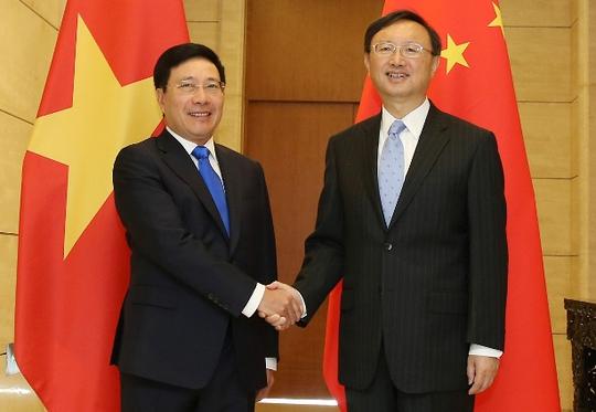 Phó Thủ tướng, Bộ trưởng Bộ Ngoại giao Phạm Bình Minh bắt tay Ủy viên Quốc vụ Trung Quốc Dương Khiết Trì