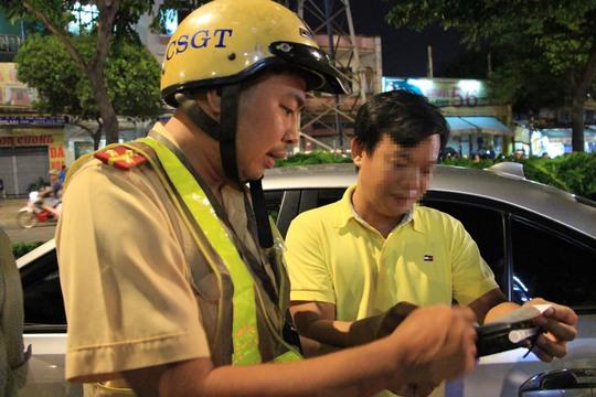 Trong một giờ, CSGT phải lái xe giúp 6 tài xế - Ảnh 2.