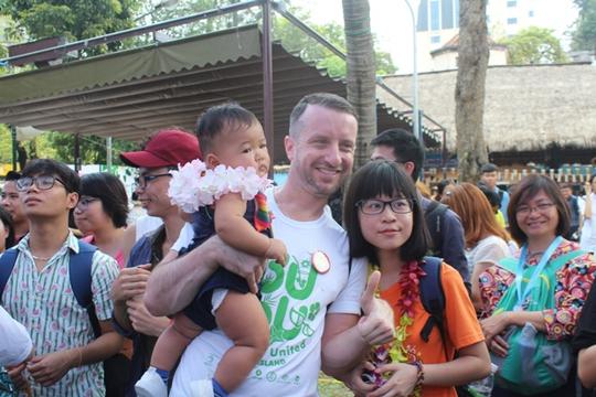 Cả gia đình Đại sứ Mỹ dự lễ hội dành cho người đồng tính - Ảnh 6.
