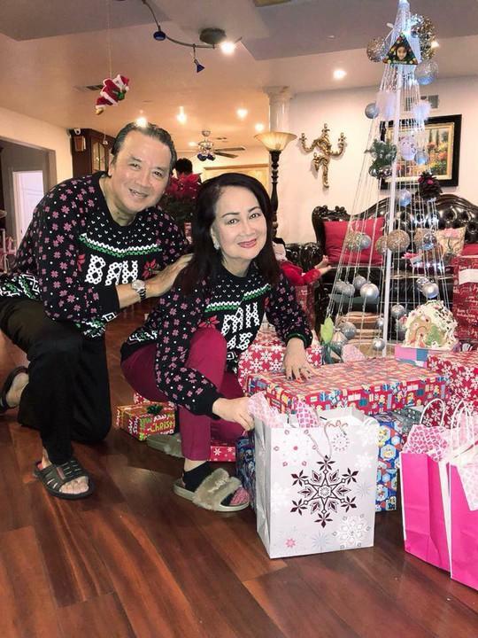 Vợ chồng danh hài Bảo Quốc trẻ trung với áo cặp trong đêm Noel - Ảnh 1.