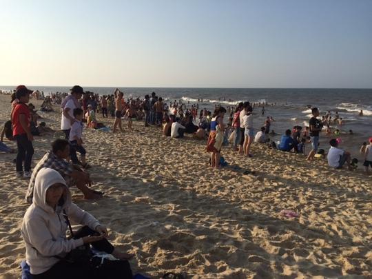 Cảnh biển Thuận An ken kín người