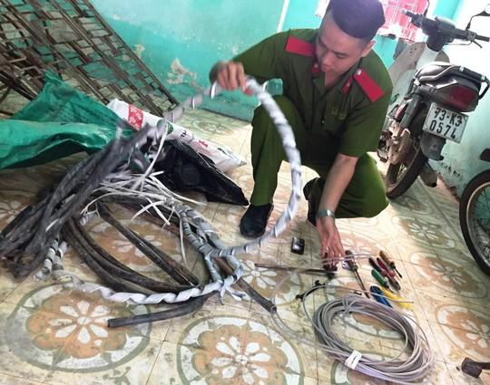 Bắt siêu trộm chuyên cắt dây cáp điện ở Quảng Bình - Ảnh 2.