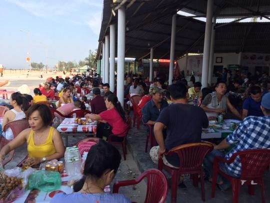 Quán sá ở biển Thuận An đã đông trở lại