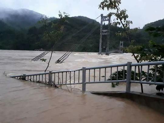 Cận cảnh Bắc Trung Bộ chìm trong mưa lũ - Ảnh 8.