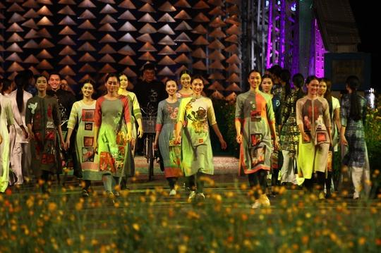 Sự pha trộn giữa sân khấu đầy cỏ hoa, ánh sáng càng tô thêm vẻ đẹp của những tà áo dài