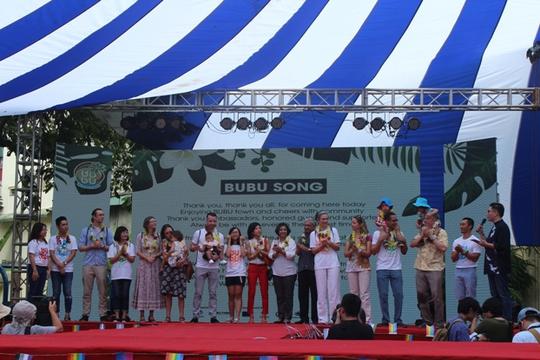 Cả gia đình Đại sứ Mỹ dự lễ hội dành cho người đồng tính - Ảnh 1.