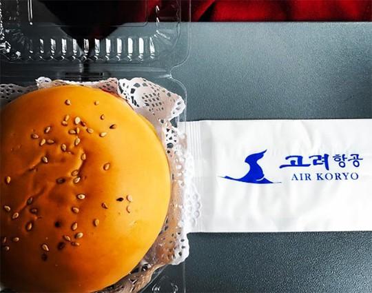 Phục vụ bánh burger trên máy bay vốn là chuyện thường thấy, thế nhưng khi một chiếc burger được phục vụ trên máy bay của Triều Tiên, nó lập tức trở thành một hiện tượng gây sốt mạng xã hội. Ảnh: Instagram