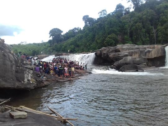 Tắm thác sau đám cưới, 2 thanh niên chết đuối - Ảnh 1.