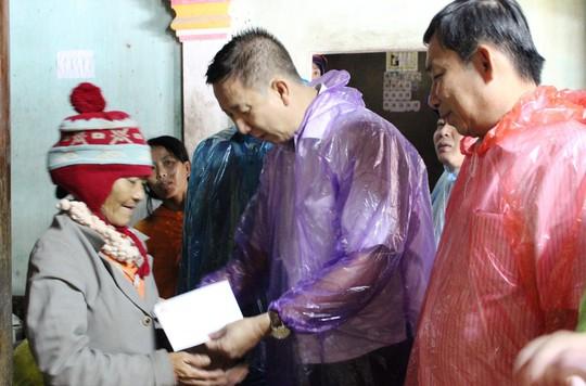 Đoàn công tác TP HCM hỗ trợ 3 tỉ đồng cho 3 tỉnh miền Trung - Ảnh 2.