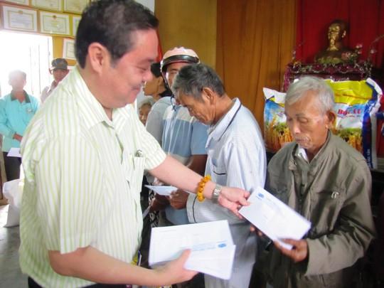 Đồng hương Quảng Nam tại TP HCM trao thêm 200 suất quà cho người dân vùng lũ - Ảnh 1.