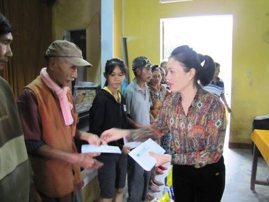 Đồng hương Quảng Nam tại TP HCM trao thêm 200 suất quà cho người dân vùng lũ - Ảnh 2.