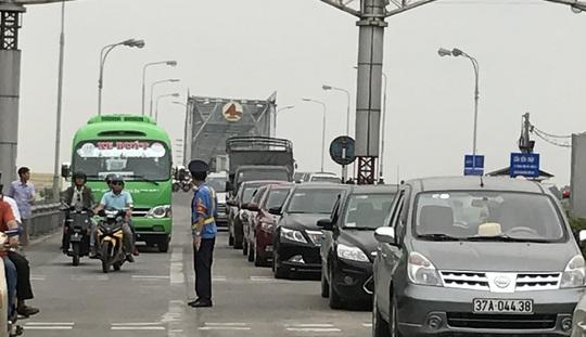 Bất bình về việc thu phí, chỉ trong thời gian ngắn, người dân đã dùng ô tô nhiều lần diễu hành để phản đối việc thu phí tại trạm Bến Thủy 1