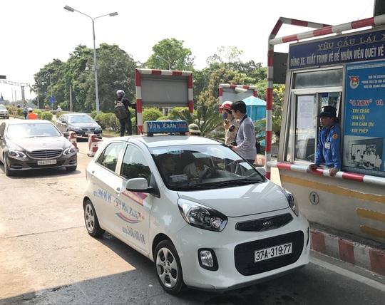 Lo sợ ùn tắc kéo dài, đơn vị quản lý đã không thu phí tất cả các phương tiên đi qua trạm