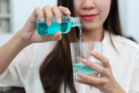 Nước súc miệng chỉ có tác dụng hạn chế sâu răng, sát khuẩn chứ không chữa được sâu răng.Ảnh: Hoàng Triều