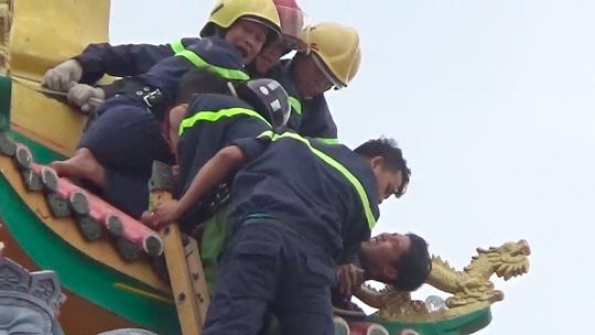 VIDEO giây phút nghẹt thở bắt kẻ ngáo đá trên tháp chùa - ảnh 5
