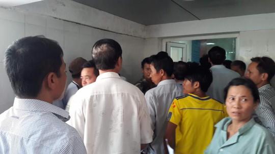 Bệnh nhân co giật, tử vong sau tiêm, người nhà vây bệnh viện - Ảnh 1.