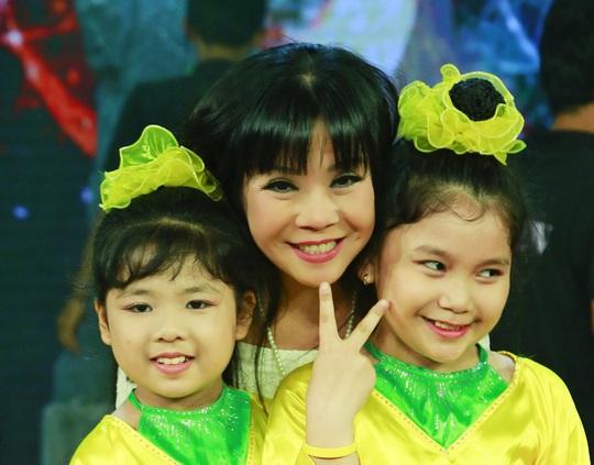 Ca sĩ Ánh Tuyết với các diễn viên múa nhí