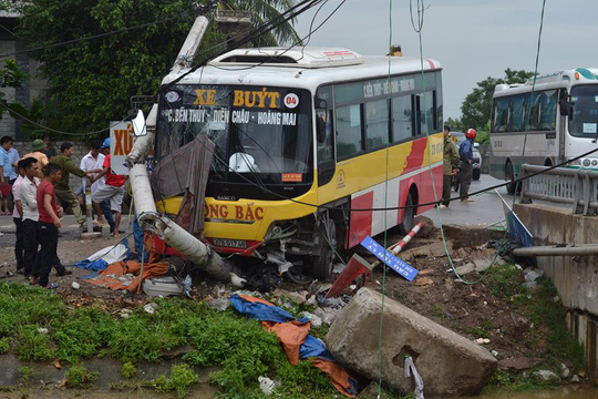Đứng bắt khách, lái xe ôm bị xe buýt tông bay xuống sông tử vong - Ảnh 1.