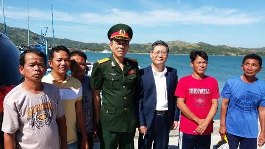 Tổng thống Duterte tiễn ngư dân và tàu cá Phú Yên - Ảnh 1.