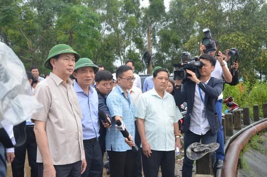 Chủ tịch nước và Thủ tướng vào tận vùng lũ thăm người dân - Ảnh 2.
