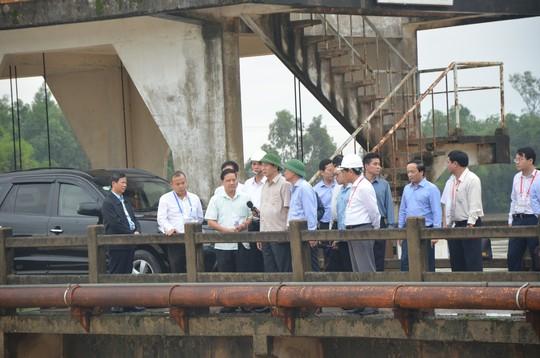 Chủ tịch nước và Thủ tướng vào tận vùng lũ thăm người dân - Ảnh 3.