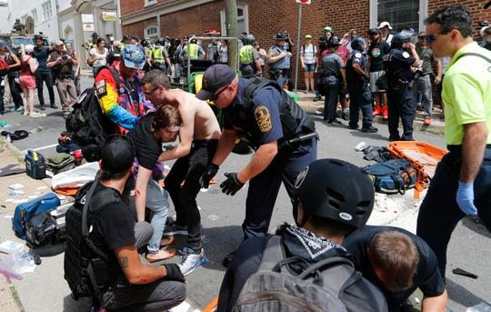 Lao xe, rơi trực thăng trong bạo động, hàng chục người thương vong - Ảnh 1.