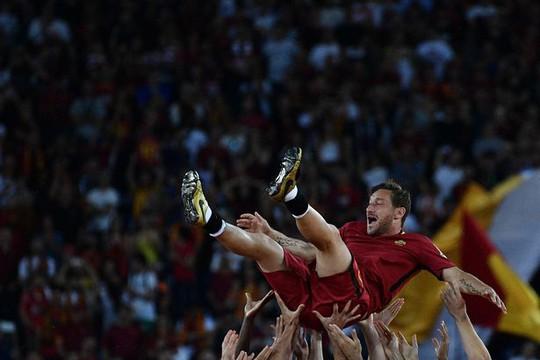 Totti ngấn lệ trong ngày giã từ sân cỏ - Ảnh 14.