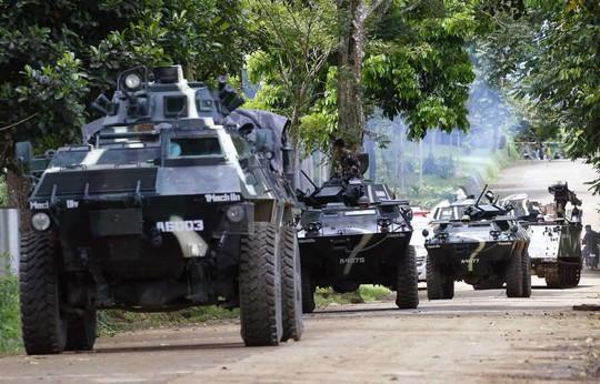 Philippines dùng trực thăng nã rốc-két vào phiến quân - Ảnh 2.