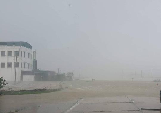 Tan hoang, đổ nát sau khi bão số 10 quét qua - Ảnh 3.