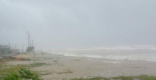 Tan hoang, đổ nát sau khi bão số 10 quét qua - Ảnh 7.