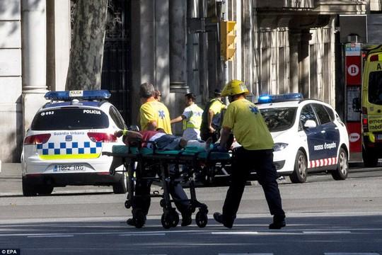 Lao xe, bắt con tin ở Barcelona, 13 người chết - Ảnh 2.