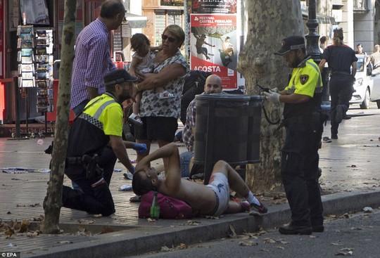 Lao xe, bắt con tin ở Barcelona, 13 người chết - Ảnh 6.