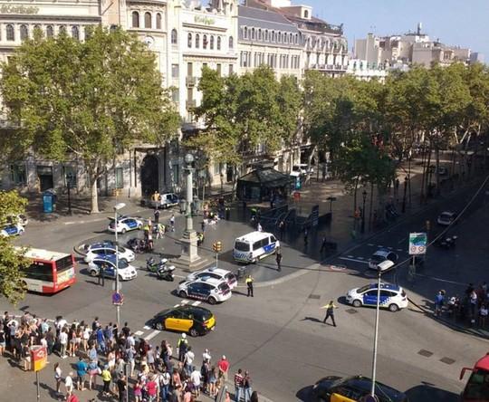 Lao xe, bắt con tin ở Barcelona, 13 người chết - Ảnh 5.