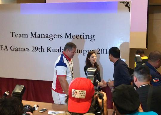 Hữu Thắng bối rối bắt tay nữ trưởng đoàn xinh đẹp của U22 Thái - Ảnh 2.