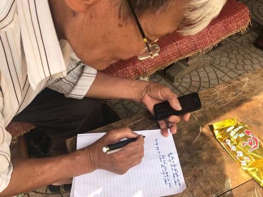 Làm thủ tục bàn giao ông Đặng Văn Cảnh cho đại diện chính quyền xã Đồng Tâm và người thân của ông Cảnh - Ảnh: Văn Duẩn