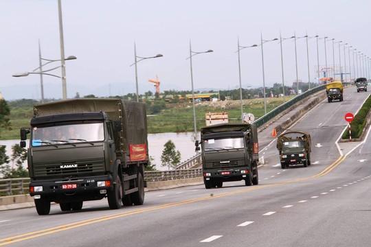 Quân khu 4 điều 400 chiến sĩ tới Hà Tĩnh giúp dân sau bão - Ảnh 3.