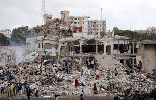 Đánh bom kép đẫm máu, gần 200 người chết - Ảnh 2.