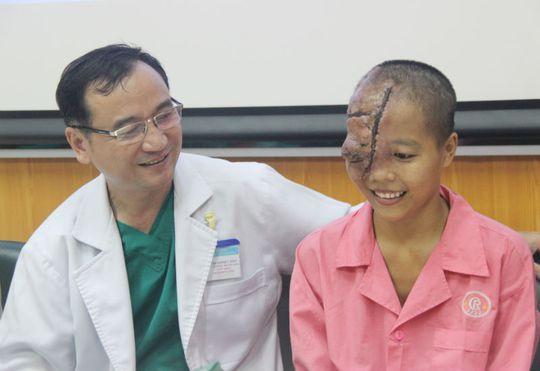Chuyên gia Mỹ cứu thiếu nữ Việt bị bướu ăn nửa mặt - Ảnh 2.