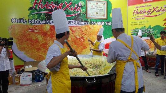 Mãn nhãn với bánh xèo kỷ lục Guiness Việt Nam - Ảnh 3.
