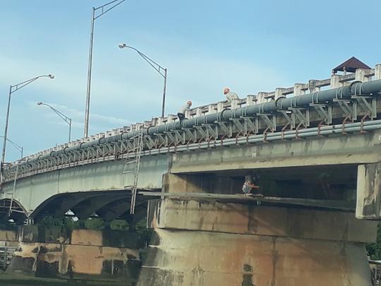 Cấm xe qua cầu Tân An 1 - Ảnh 1.