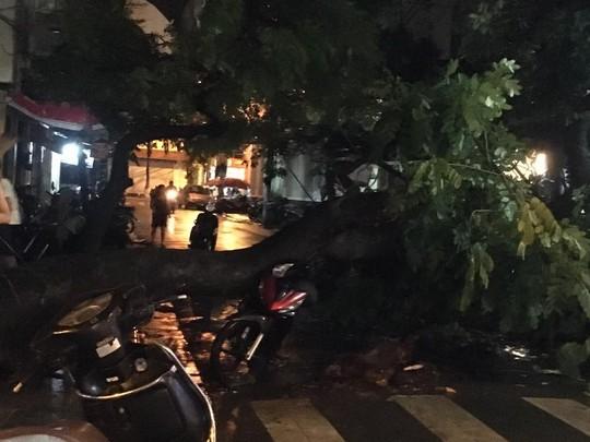 Mưa lớn, Hà Nội ngập sâu, giao thông hỗn loạn - Ảnh 12.
