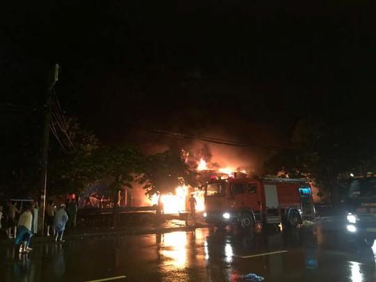 Siêu thị cháy dữ dội trong đêm mưa lớn do bão số 10 - Ảnh 1.
