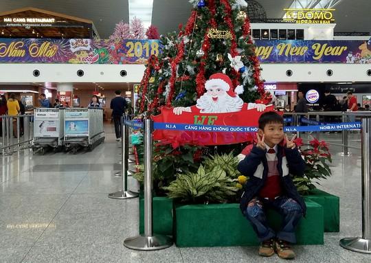 Ngạc nhiên với không khí Giáng sinh ở sân bay Nội Bài - Ảnh 2.