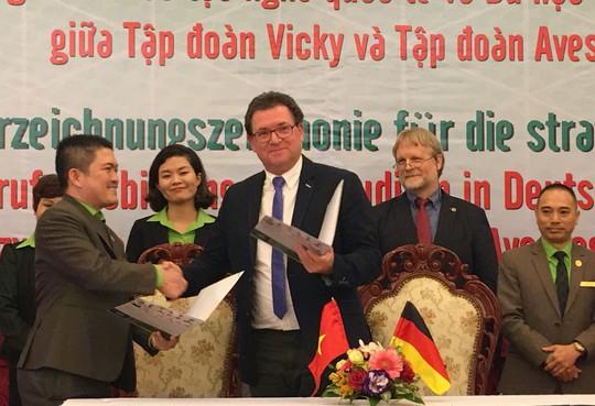 Đại diện Tập đoàn Vicky (trái, hàng đầu) cùng đại diện Tập đoàn Avestos tại lễ ký kết