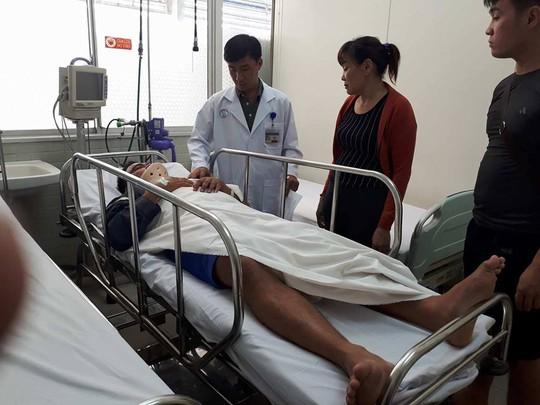 Một chiến sĩ PCCC trong vụ sập nhà Bình Tân bị gãy cột sống - Ảnh 1.