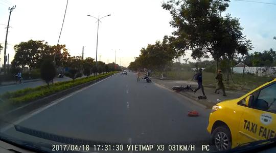 2 chiến sĩ công an rượt đuổi, đạp ngã kẻ cướp Ảnh: cắt từ clip