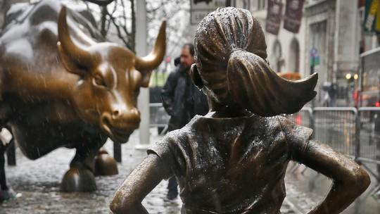 Hai bức tượng được đặt đối lập nhau