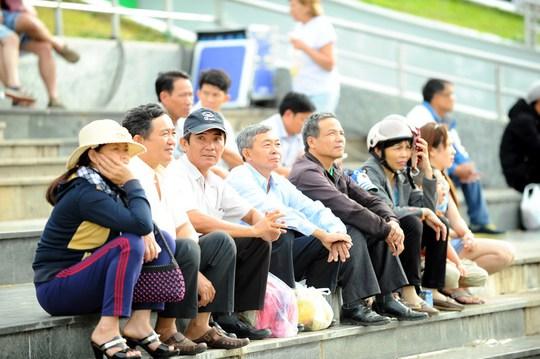 Người dân đội nắng tại quảng trường Lâm Viên Đà Lạt xem buổi tổng duyệt vào chiều 7-4